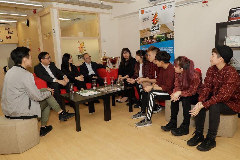 民政事務局局長劉江華(左四)今日(十一月十四日)在九龍城民政事務專員郭偉勳(左二)陪同下,到訪香港青年協會賽馬會農圃道青年空間「舞導館」,與學員交談。