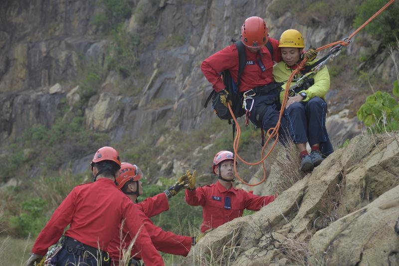 民眾安全服務隊今日(十一月十四日)上午在九龍油塘鯉魚門咀(三家村舊礦場)展示山嶺拯救技術。圖示懸崖撤離傷者。