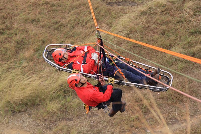 民眾安全服務隊今日(十一月十四日)上午在九龍油塘鯉魚門咀(三家村舊礦場)展示山嶺拯救技術。圖示纜索橫渡拯救。
