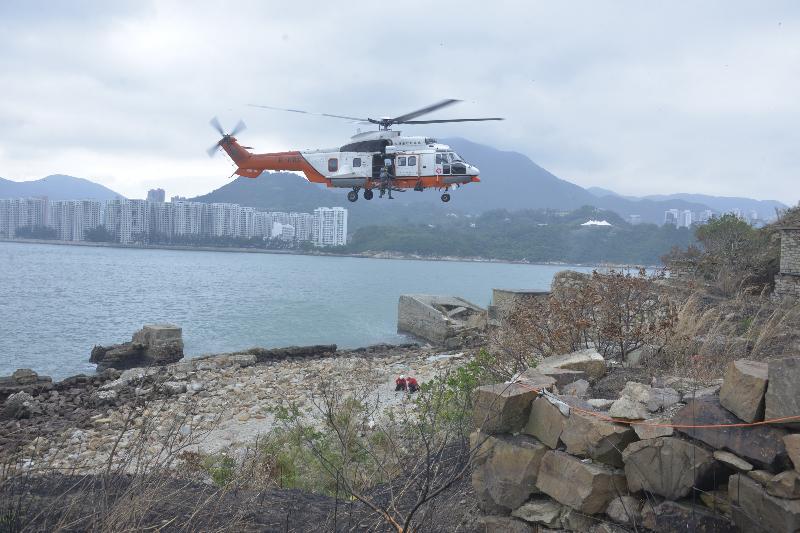 民眾安全服務隊今日(十一月十四日)上午在九龍油塘鯉魚門咀(三家村舊礦場)展示山嶺拯救技術。圖示飛行服務隊直升機吊運傷者。