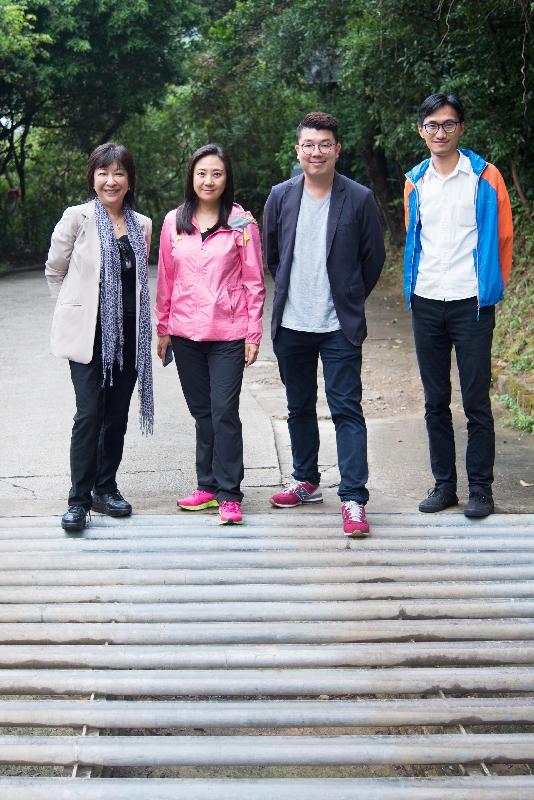 立法會研究動物權益相關事宜小組委員會今日(十一月十四日)視察設置於香港外展訓練學校路面的「牛路坑」,了解該裝置的運作。