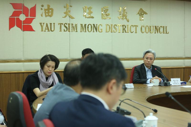 公務員事務局局長羅智光今日(十一月十五日)到訪油尖旺區。圖示羅智光(右)與油尖旺區議會議員會面,就區內發展和社區關注事項交換意見。