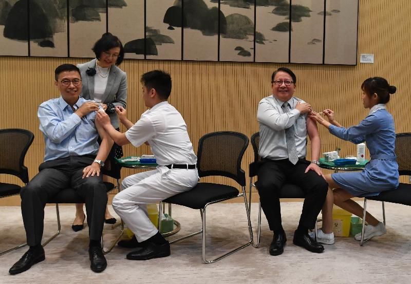 教育局局長楊潤雄(前排左一)和行政長官辦公室主任陳國基(前排右二)今日(十一月十五日)一同接種季節性流感疫苗。旁為食物及衞生局局長陳肇始教授(後)。