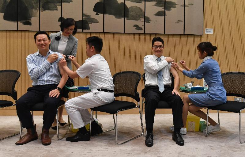 勞工及福利局副局長徐英偉(前排左一)和財經事務及庫務局副局長陳浩濂(前排右二)今日(十一月十五日)一同接種季節性流感疫苗。食物及衞生局局長陳肇始教授(後)在場打氣。