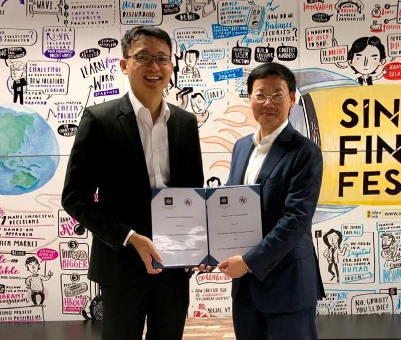 香港金融管理管局助理總裁李樹培(右)與新加坡金融管理管局金融市場發展部執行董事Bernard Wee今日(十一月十五日)在新加坡交換諒解備忘錄,合作開發「全球貿易連接網絡」。