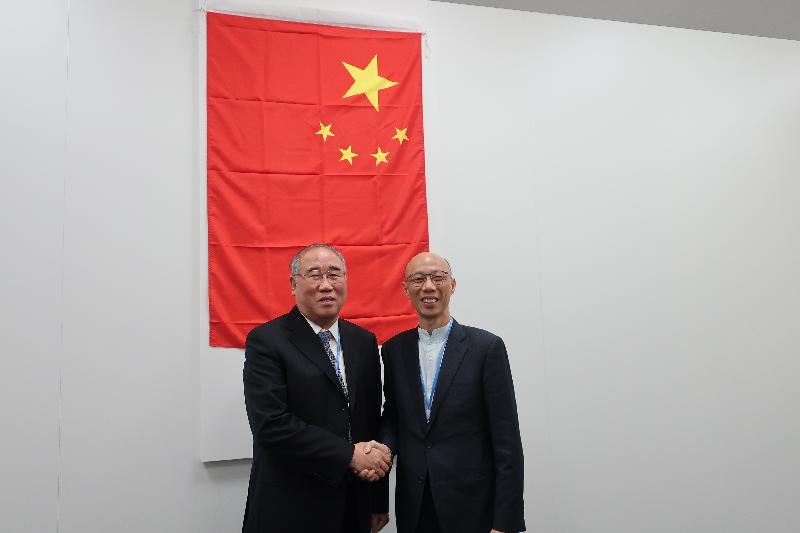 The Secretary for the Environment, Mr Wong Kam-sing (right), meets with the head of the Chinese delegation to the 23rd session of the Conference of the Parties to the United Nations Framework Convention on Climate Change, China's Special Representative on Climate Change, Mr Xie Zhenhua (left), in Bonn, Germany, yesterday (November 14, Bonn time).
