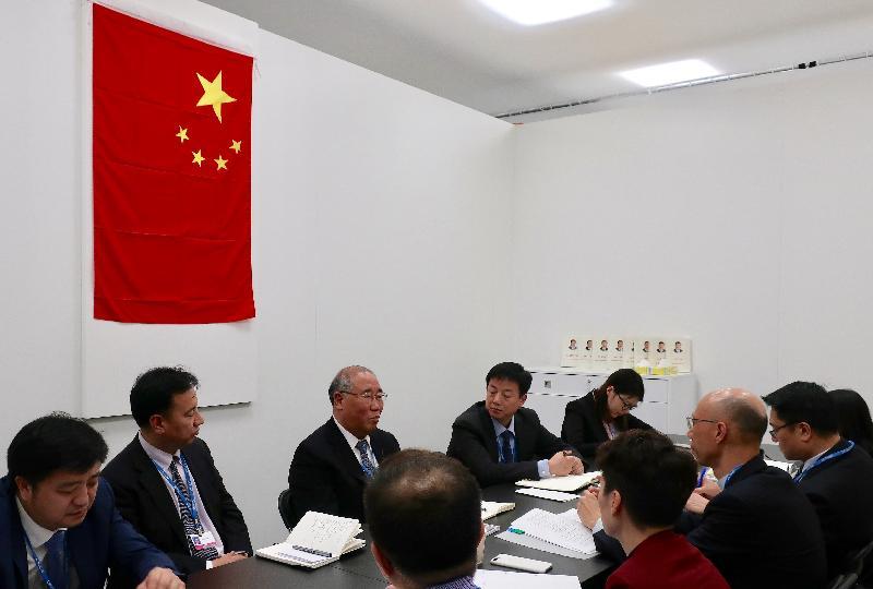環境局局長黃錦星(右三)昨日(波恩時間十一月十四日)在德國波恩與聯合國氣候變化框架公約締約方大會第23屆會議中國代表團團長暨中國氣候變化事務特別代表解振華(左三)會面。