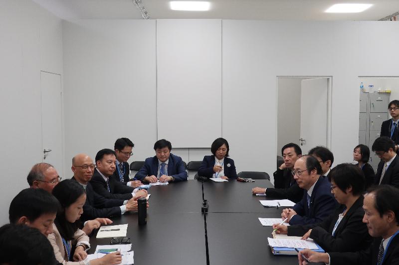 環境局局長黃錦星(左四)昨日(波恩時間十一月十四日)在德國波恩以聯合國氣候變化框架公約締約方大會第23屆會議中國代表團成員的身分,出席中國與日本就制訂及落實氣候行動措施的雙邊會議。