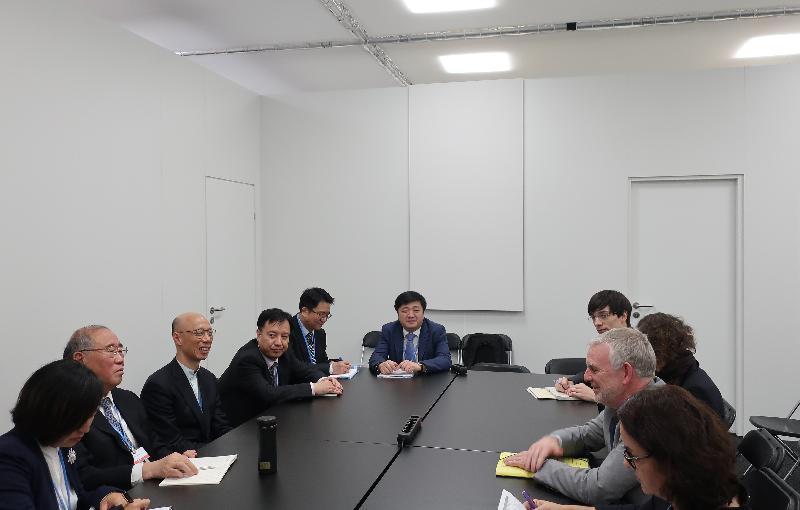 環境局局長黃錦星(左三)昨日(波恩時間十一月十四日)在德國波恩以聯合國氣候變化框架公約締約方大會第23屆會議中國代表團成員的身分,出席中國與德國就制訂及落實氣候行動措施的雙邊會議。