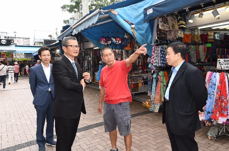 財政司司長陳茂波(左二)今日(十一月十五日)探訪赤柱市集的商戶。陪同探訪包括南區區議會主席朱慶虹(左一)及副主席陳富明(右一)。