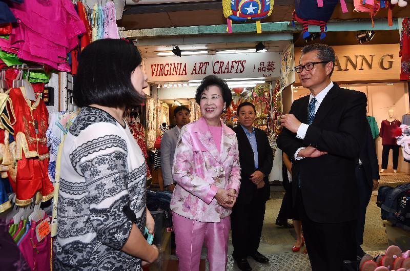 財政司司長陳茂波(右一)今日(十一月十五日)探訪赤柱市集的商戶。陪同探訪包括南區區議員陳李佩英(右三)。