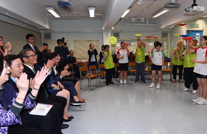 財政司司長陳茂波今日(十一月十五日)到訪嘉諾撒培德書院,與參加該校長者學苑活動的學生及長者會面。圖示陳茂波(左三)觀看長者及學生表演。