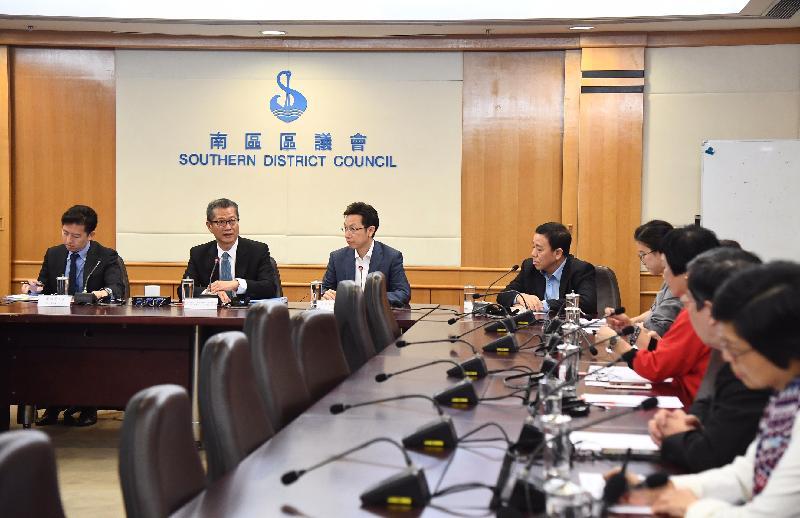 財政司司長陳茂波(左二)今日(十一月十五日)與南區區議員會面。出席會面包括南區區議會主席朱慶虹(左三)及副主席陳富明(左四)。