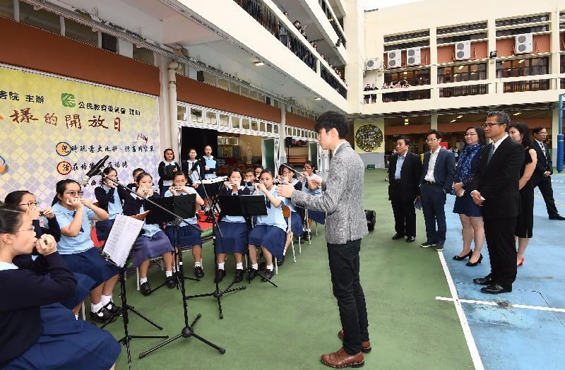 The Financial Secretary, Mr Paul Chan (first right), today (November 15) visits Pui Tak Canossian College and watches a music performance by students. Also present are the Chairman of the Southern District Council (SDC), Mr Chu Ching-hong (third right), and the Vice Chairman of the SDC, Mr Chan Fu-ming (fourth right).