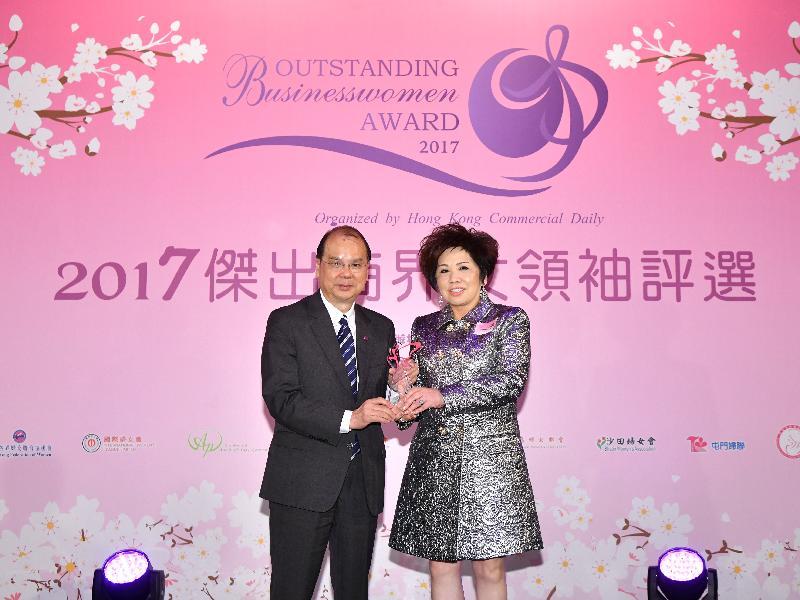 政務司司長張建宗(左)今晚(十一月十五日)在香港商報舉辦的2017傑出商界女領袖選舉頒獎典禮上,頒發獎項予莎莎國際控股有限公司創辦人郭羅桂珍博士(右)。
