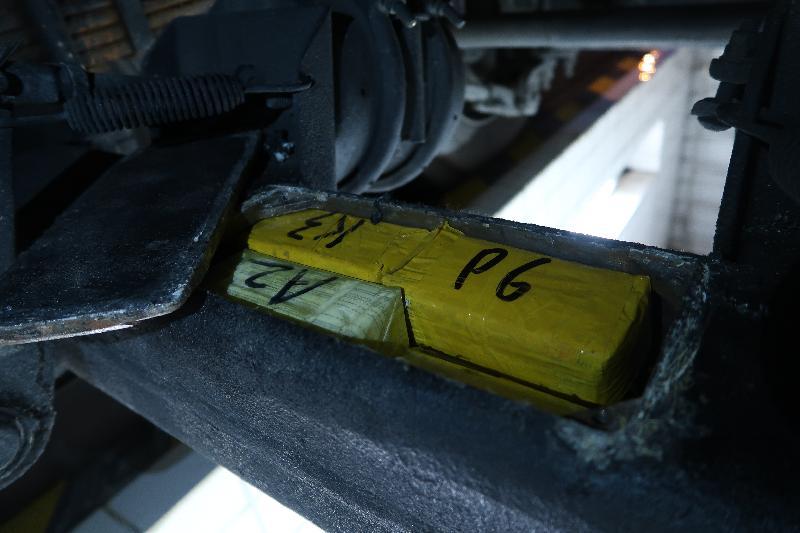 香港海關十一月十四日在落馬洲管制站檢獲五千三百七十五件懷疑走私電腦中央處理器,估計市值約七百萬元。圖示電腦中央處理器藏於拖架車軸的暗格內。