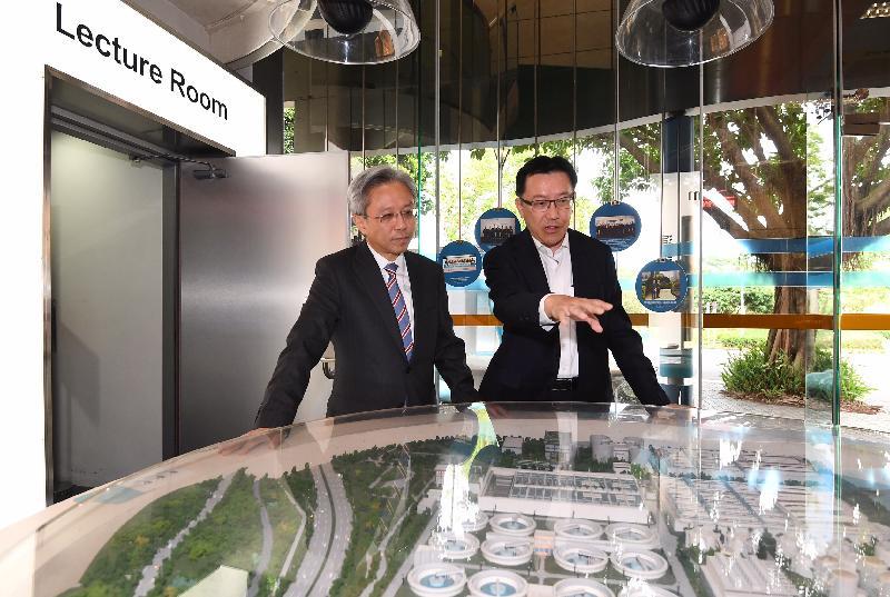 公務員事務局局長羅智光今日(十一月十六日)到訪渠務署。圖示羅智光(左)與渠務署署長唐嘉鴻(右)會面,了解署方工作的最新情況和面對的挑戰。