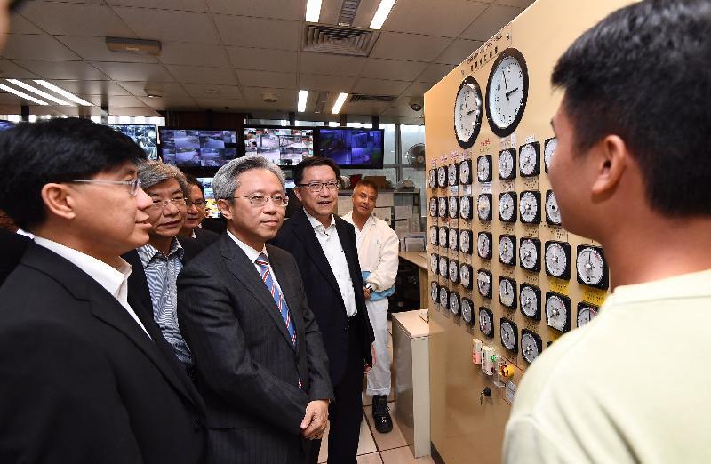公務員事務局局長羅智光今日(十一月十六日)到訪渠務署。圖示羅智光(左二)聽取同事講解沙田污水處理廠的日常運作。