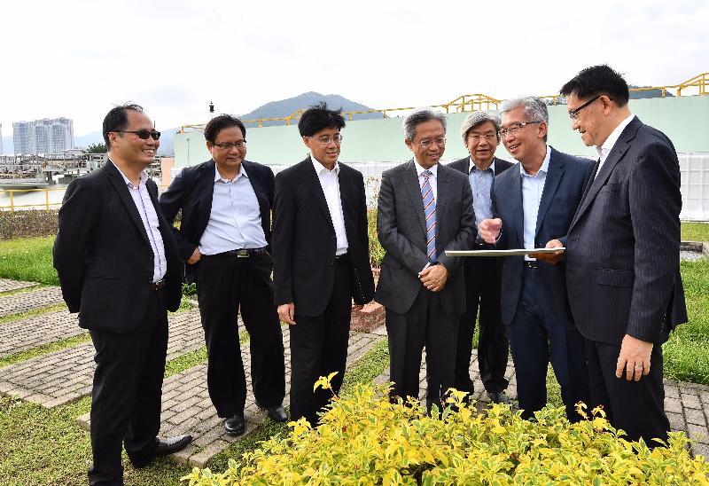 公務員事務局局長羅智光(中)今日(十一月十六日)到訪渠務署,了解「搬遷沙田污水處理廠往岩洞」計劃的進度。