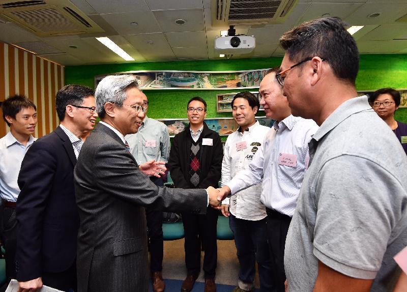 公務員事務局局長羅智光(左三)今日(十一月十六日)到訪渠務署,與部門各職系的員工代表茶敍,就他們關注的事宜交換意見。