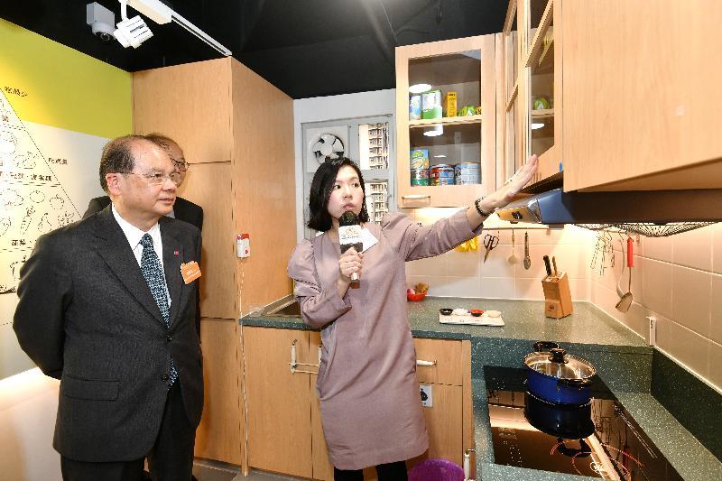 政務司司長張建宗(左)今日(十一月十六日)在油麻地參觀香港房屋協會「智友善」家居探知館。