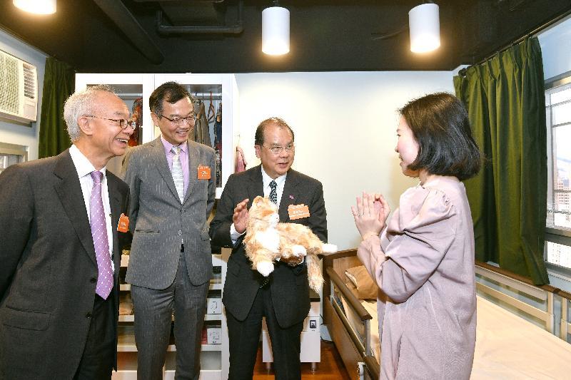 政務司司長張建宗(右二)今日(十一月十六日)在油麻地參觀香港房屋協會「智友善」家居探知館。