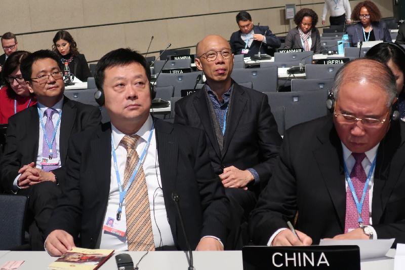 環境局局長黃錦星(右二)昨日(波恩時間十一月十六日)在德國波恩以中國代表團成員身分參與聯合國氣候變化框架公約締約方大會第23屆會議高級別會議,並聽取中國代表團團長暨中國氣候變化事務特別代表解振華(右一)宣讀國家宣言。