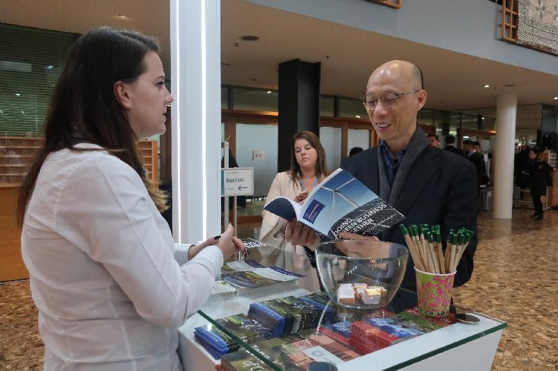 環境局局長黃錦星(右)昨日(波恩時間十一月十六日)在德國波恩出席聯合國氣候變化框架公約締約方大會第23屆會議,並參觀由其他公約締約方所設的展館。