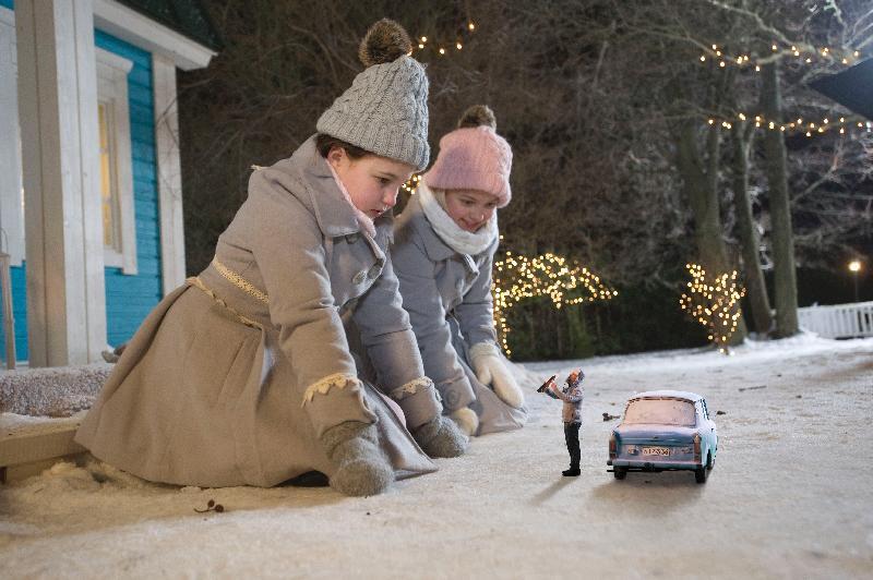 康樂及文化事務署電影節目辦事處首次為大家送上「聖誕電影合家歡」,選映四部充滿節日氣氛的電影,作為窩心的聖誕禮物。圖為《雙妹嘜魔幻迷你聖誕》(2015)劇照。