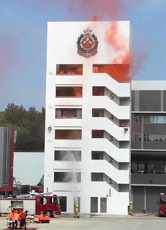 財政司司長陳茂波今日(十一月十七日)在消防及救護學院出席消防處第180屆結業會操,檢閱16名消防隊長和89名消防員。圖示結業學員示範滅火和救援工作。