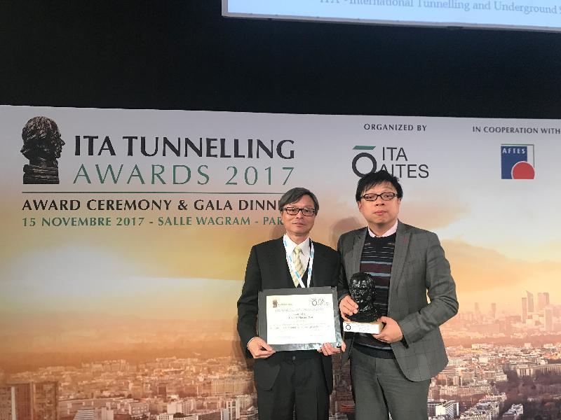 國際隧道及地下空間協會(ITA)十一月十五日向土木工程拓展署(土拓署)和規劃署頒發「2017 ITA隧道工程獎」的「年度創新地下空間概念」組別大獎,表揚兩個部門共同為香港編制岩洞總綱圖的工作。圖示土拓署總土力工程師何英傑(右)和規劃署總城市規劃師盧惠明(左)代表兩部門接受獎項。