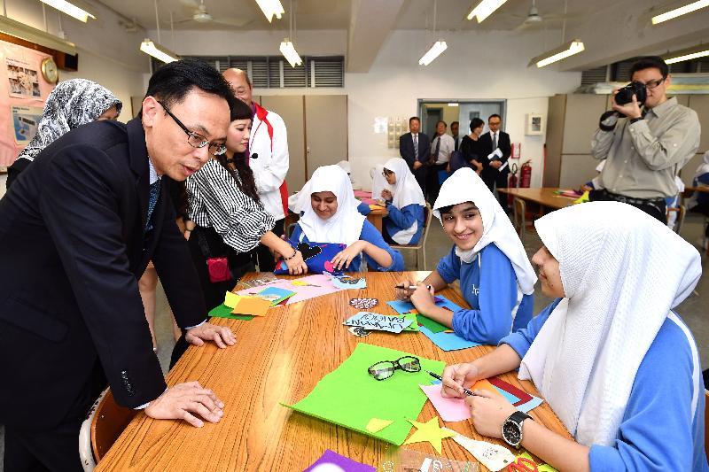 政制及內地事務局局長聶德權(左)今日(十一月十七日)到訪伊斯蘭脫維善紀念中學,並到縫紉室參觀學生上課情況。