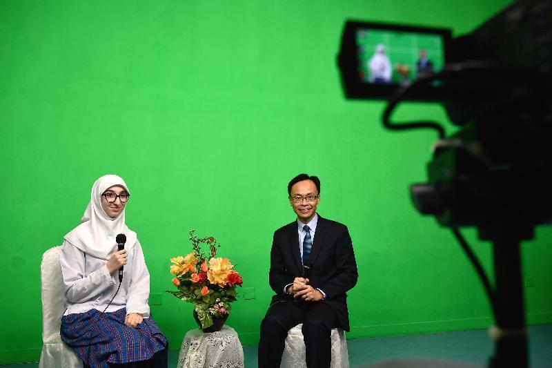 政制及內地事務局局長聶德權(右)今日(十一月十七日)為伊斯蘭脫維善紀念中學的校園電視台錄製短片,與師生分享參觀該校的感想。