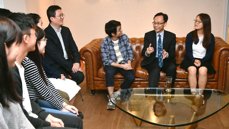 政制及內地事務局局長聶德權(右二)今日(十一月十七日)與參加「東區青藤」計劃的歷屆學生會面,聽取他們到內地交流的體驗。