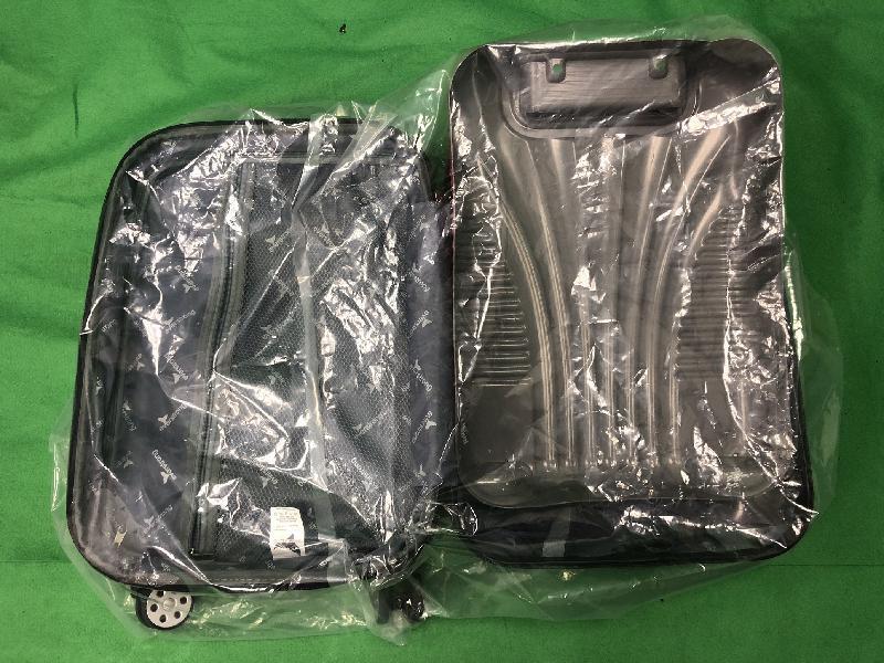 香港海關昨日(十一月十六日)在香港國際機場一手提行李的暗格內檢獲約兩公斤懷疑可卡因,估計市值約一百八十四萬元。