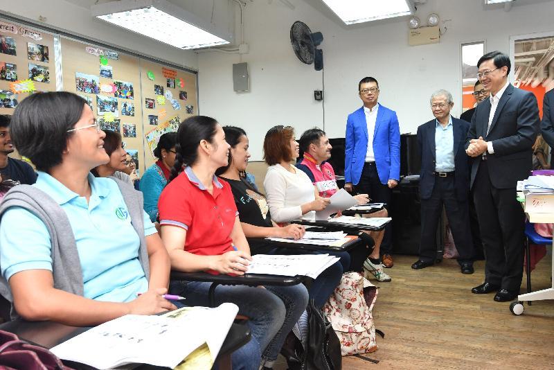 保安局局長李家超(右一)今日(十一月十八日)下午到訪灣仔區,並探訪香港國際社會服務社少數族裔人士支援服務中心HOPE Centre,與少數族裔人士交談。