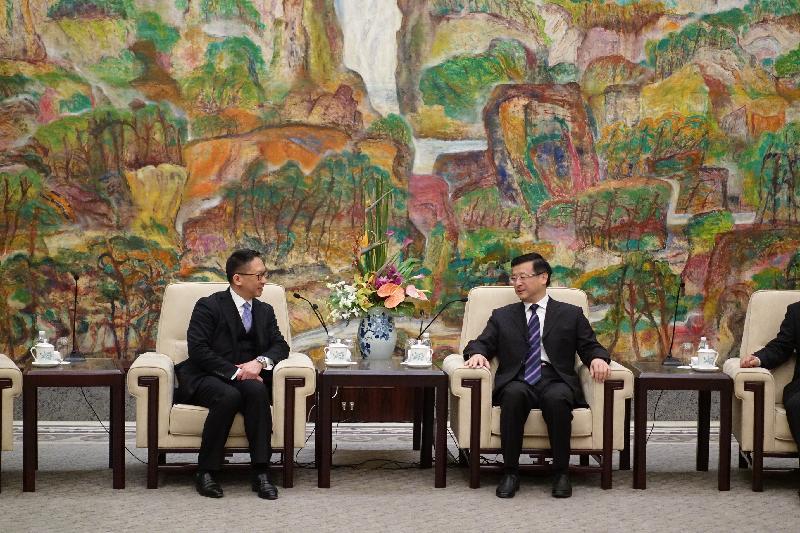 律政司司長袁國強資深大律師今日(十一月十八日)在上海展開訪問行程。圖示袁國強(左)與上海市委政法委員會書記陳寅(右)會面。