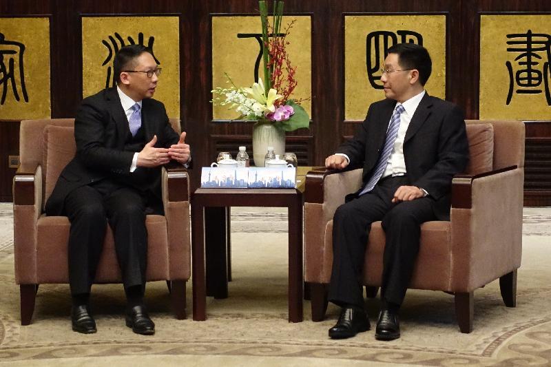 律政司司長袁國強資深大律師(左)今日(十一月十八日)在上海與司法部副部長王雙全(右)會面,就雙方關注的事宜交換意見。