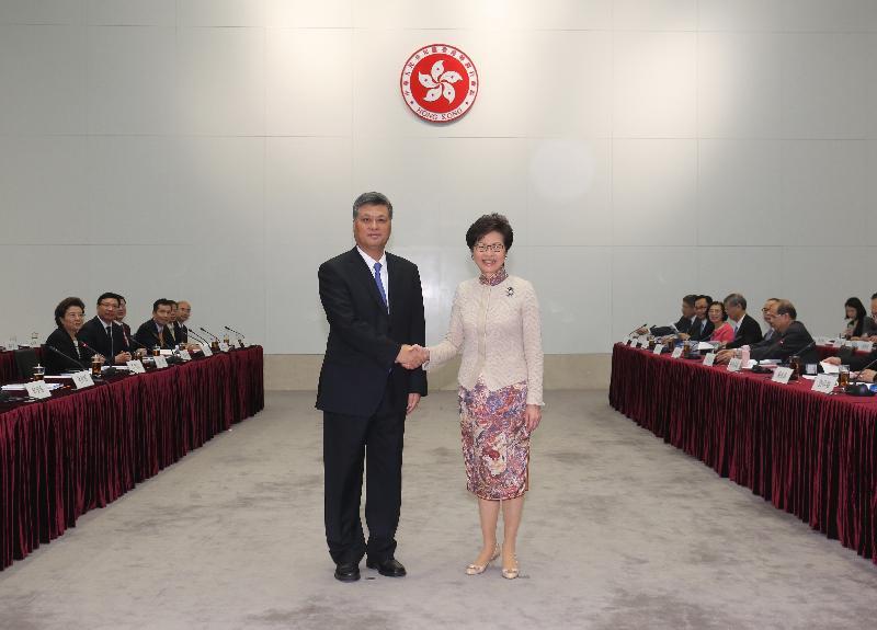 行政長官林鄭月娥今日(十一月十八日)率領香港特區政府代表團在政府總部出席粵港合作聯席會議第二十次會議。圖示林鄭月娥(右)與廣東省省長馬興瑞(左)在會議前握手。
