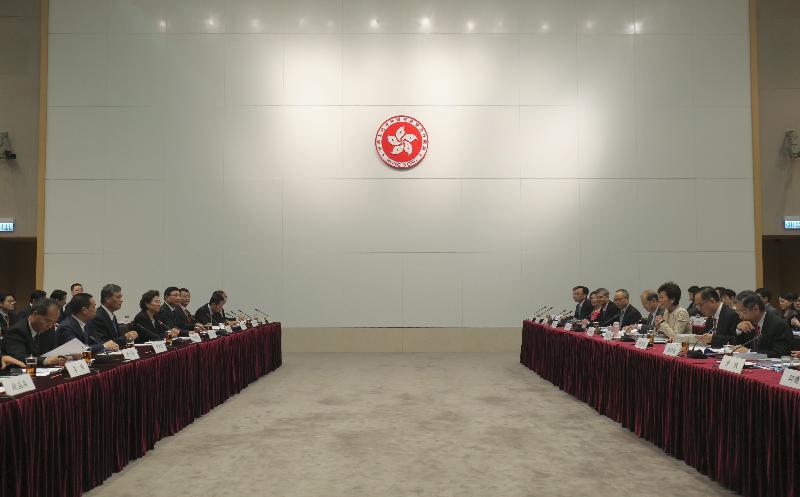 行政長官林鄭月娥今日(十一月十八日)率領香港特區政府代表團在政府總部出席粵港合作聯席會議第二十次會議。圖示林鄭月娥(右三)與廣東省省長馬興瑞(左三)共同主持會議,政務司司長張建宗(右四)及兩地官員亦有出席。