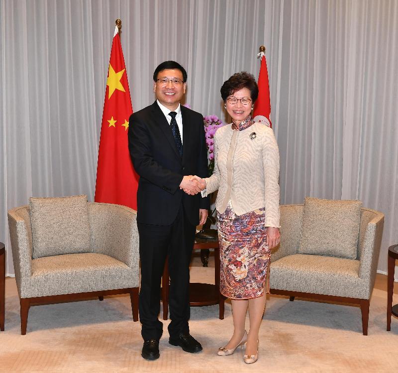 行政長官林鄭月娥(右)今日(十一月十八日)下午在行政長官辦公室與深圳市市長陳如桂(左)會面。