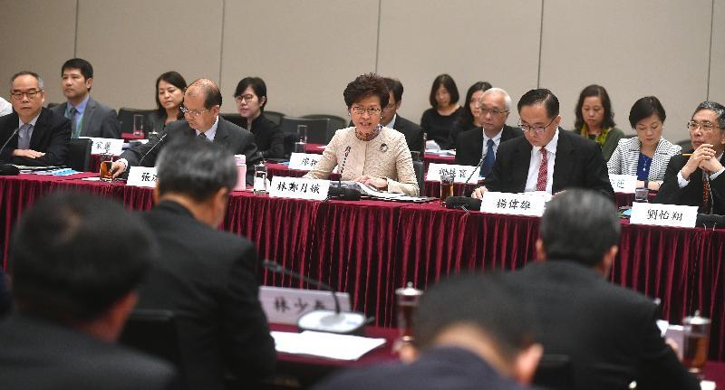 行政長官林鄭月娥(前排中)今日(十一月十八日)率領香港特區政府代表團在政府總部出席粵港合作聯席會議第二十次會議,並在會議上作開場發言。