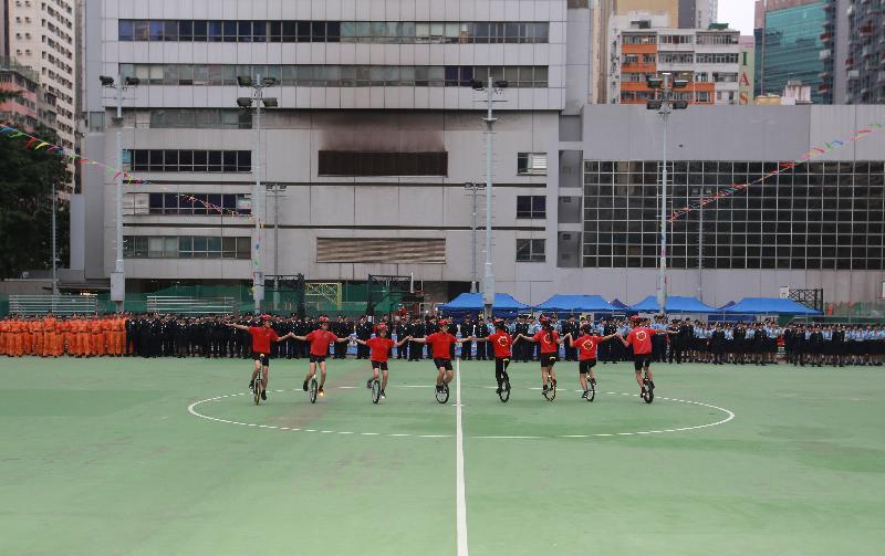 民眾安全服務隊(民安隊)少年團單車表演隊今日(十一月十九日)在民安隊六十五周年紀念會操中表演。