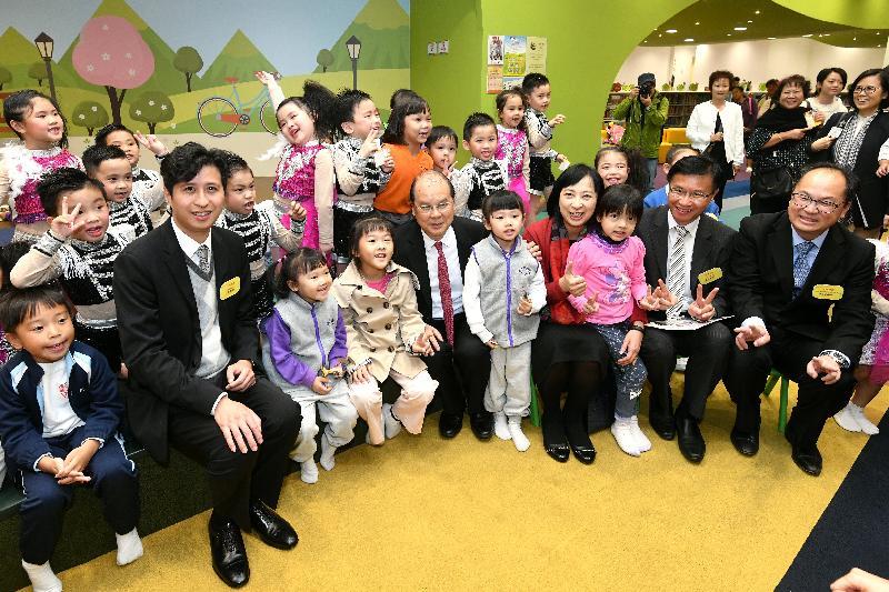 政務司司長張建宗(第一排左五)今日(十一月二十日)在出席元朗文化康樂大樓開幕典禮後參觀公共圖書館,並與使用者合照。