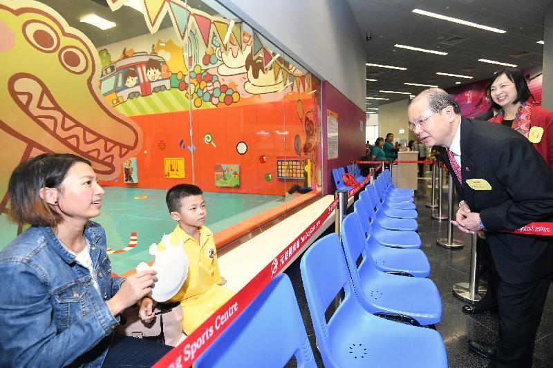 政務司司長張建宗(右二)今日(十一月二十日)參觀元朗文化康樂大樓的兒童遊戲室,並與使用者交談。旁為康樂及文化事務署署長李美嫦(右一)。