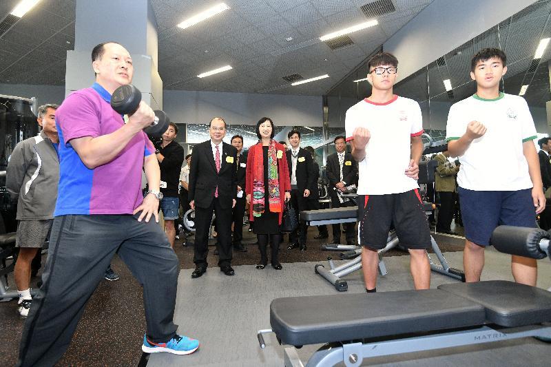 政務司司長張建宗(第二排左一)今日(十一月二十日)參觀元朗文化康樂大樓的健身室。旁為康樂及文化事務署署長李美嫦。