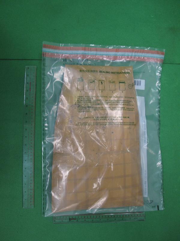 香港海關昨日(十一月二十日)在香港國際機場檢獲約二點六公斤懷疑可卡因,估計市值約二百四十萬元。
