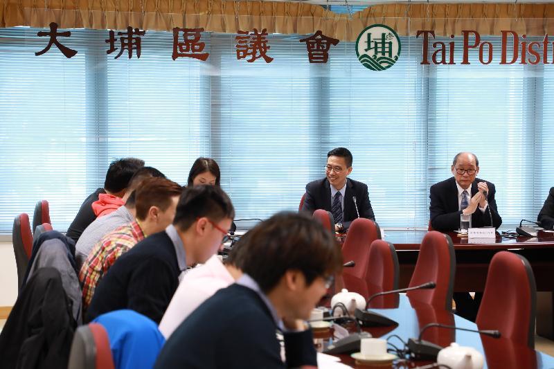 教育局局長楊潤雄(右二)今日(十一月二十三日)到訪大埔區議會,與主席張學明(右一)及其他區議員會面,就地區及社會事務交換意見。