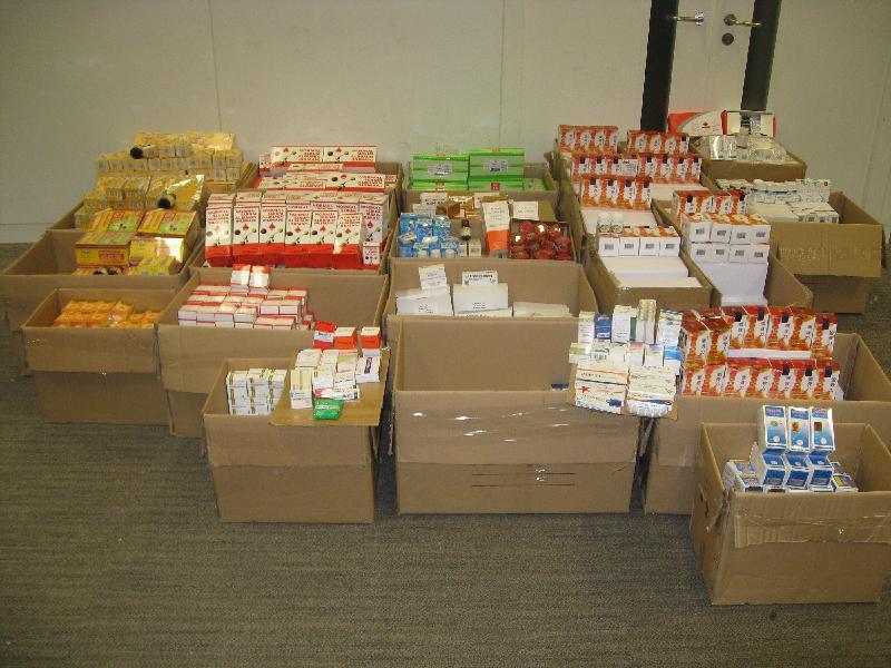 香港海關昨日(十一月二十三日)採取打擊冒牌藥物行動,檢獲約五萬八千粒懷疑冒牌藥物和約十一萬五千粒及九公升懷疑受管制藥物,估計市值約一百七十二萬元。