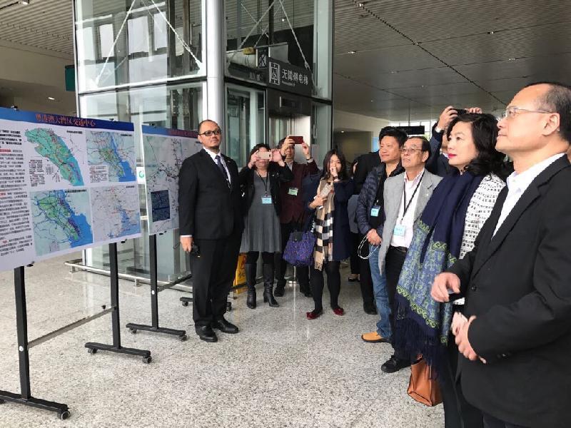 中小型企業委員會與香港特別行政區工業貿易署今日(十一月二十四日)舉辦「香港中小企業南沙考察團」。圖示考察團參觀高鐵慶盛站。